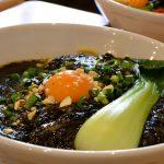 ゴマ好き必見。辻堂 佐藤製麺所『黒胡麻汁なし担々麺』で黒胡麻の海に沈む
