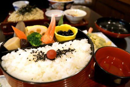 蕎麦司・紅がらでランチするなら『紅がら弁当』が絶対おすすめ!彩り豊かな大満足の一膳を